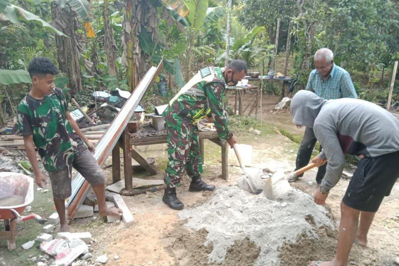Babinsa bantu selesaikan bangunan rumah TMMD kampung Warkimbon