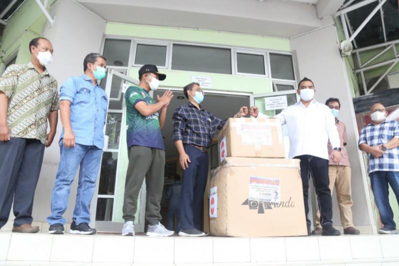 DPRD Jabar bagikan ratusan APD dan masker bagi tenaga kesehatan