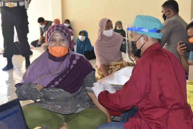 Polresta Cirebon gelar vaksinasi covid keliling jangkau warga terpencil