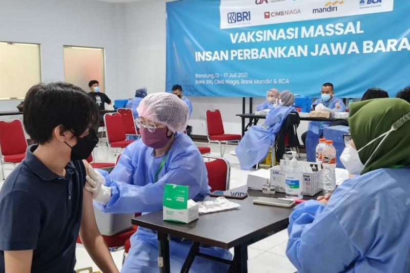 OJK Jabar dan empat bank vaksinasi massal sasar 11.600 peserta