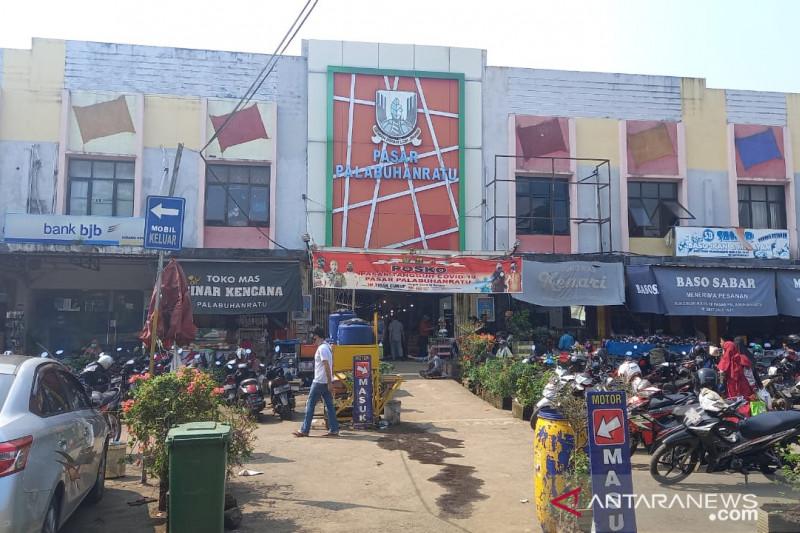 Pedagang non-bahan pokok di Palabuhanratu menolak tutup toko