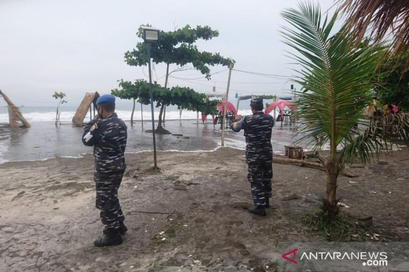 Waspadai tinggi gelombang laut selatan Sukabumi capai enam meter