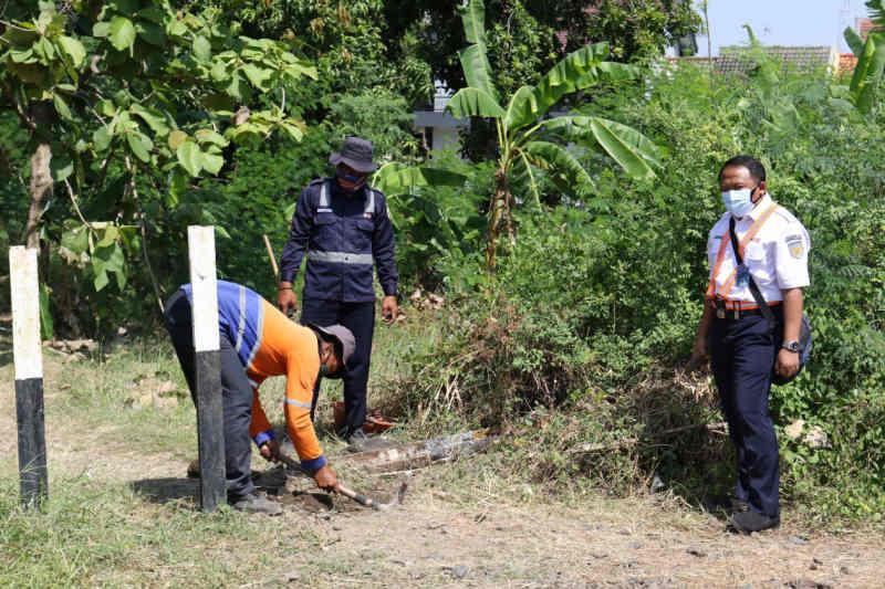 KAI Cirebon minta pemotor tak nekat seberangi rel hindari penyekatan jalan PPKM