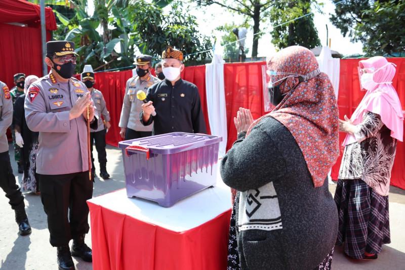 Polri salurkan 1.000 paket sembako untuk warga terdampak PPKM di Bandung