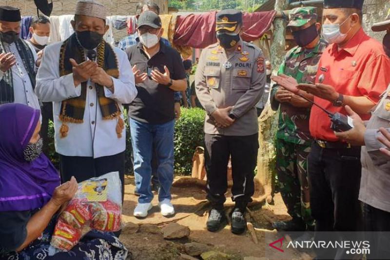 Polres Cianjur bagikan sembako untuk warga terdampak PPKM