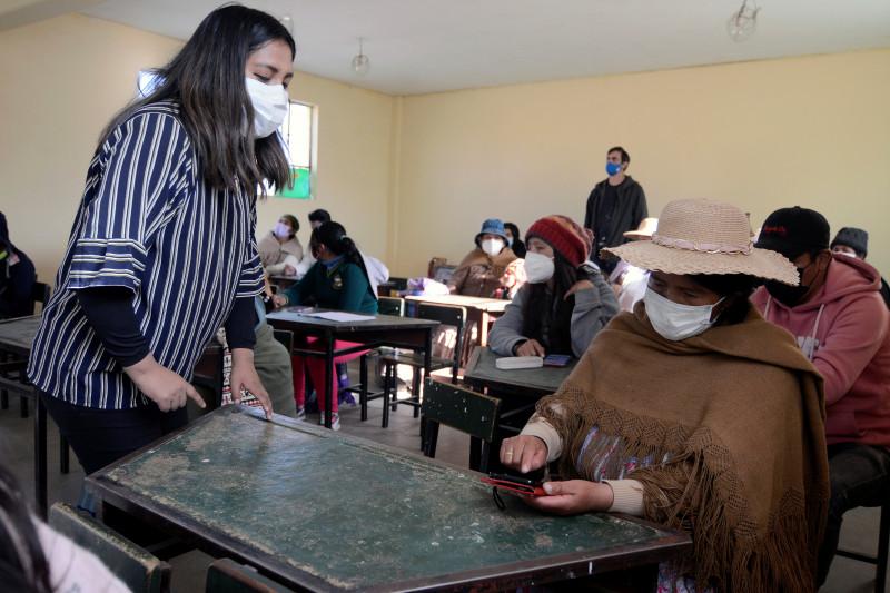 Para orang tua di Bolivia kursus cara pakai ponsel untuk dampingi anak sekolah online