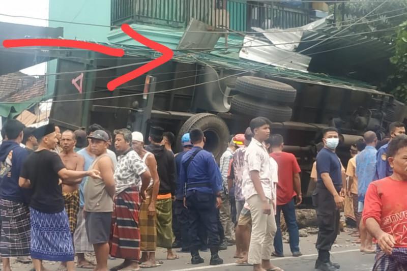 Gara-gara rem blong, truk fuso tabrak kios dan tiang listrik di Dasan Lekong