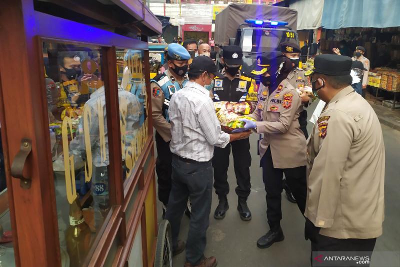Polrestabes Bandung bagikan paket sembako ke pedagang di Pasar Baru