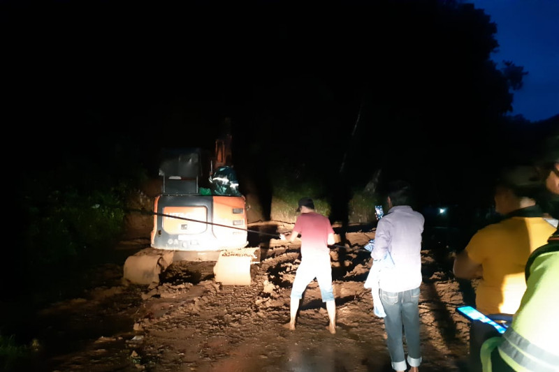 Warga bersama TNI-Polri di Sangihe kerja sama bersihkan jalan dari longsor