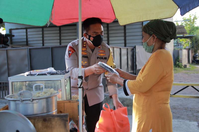 PPKM Darurat di Mataram, Kapolda NTB Sapa PKL Dengan Humanis Dan Beri Bantuan