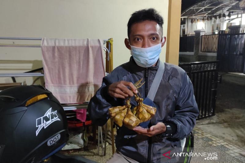 Perajin bungkus ketupat di Cianjur berjualan dari rumah ke rumah