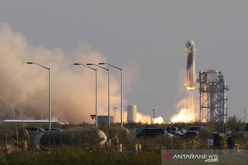 Jeff Bezos sukses terbang ke luar angkasa dengan pesawat ulang-alik