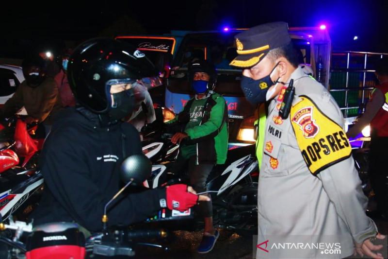 Masih banyak pengendara dari Bekasi melintasi Karawang menuju Pantura
