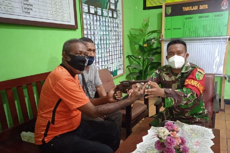 Warga Biak serahkan revolver eks PD II ke Koramil 1708-01/Biak Kota