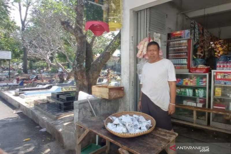 Pedagang bunga di TPU Cianjur alami penurunan pendapatan saat Idul Adha