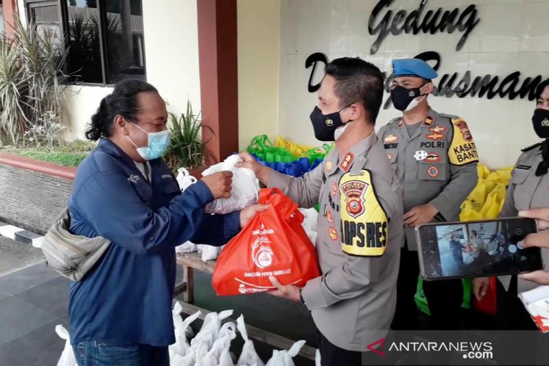 Polres Bogor bagikan paket daging dan sembako ke warga terdampak PPKM
