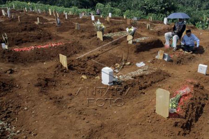 Ziarah kubur di pemakaman khusus COVID-19