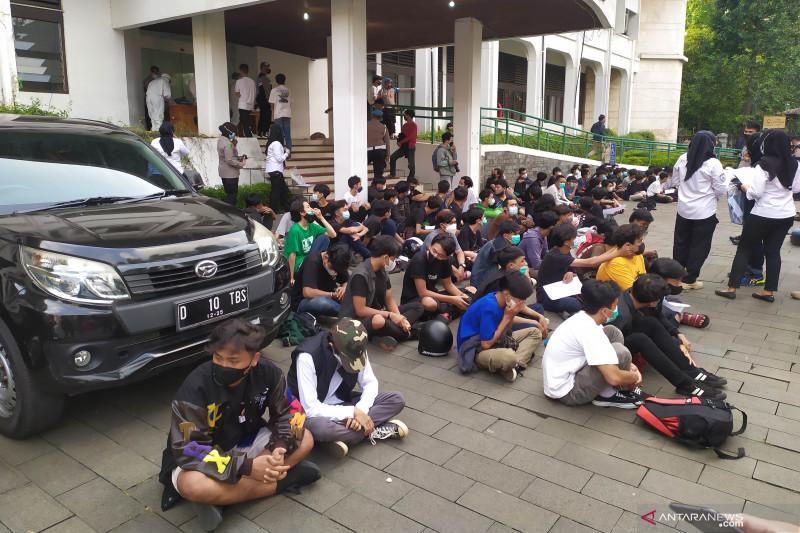 Polisi bubarkan aksi tolak PPKM
