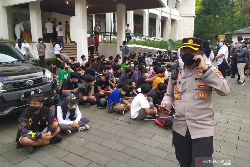Tiga pengunjuk rasa tolak PPKM di Bandung reaktif COVID-19