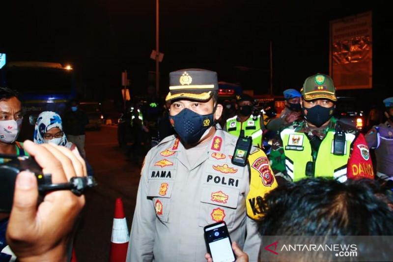 Penyekatan di Karawang terus dilaksanakan di masa PPKM Level 4