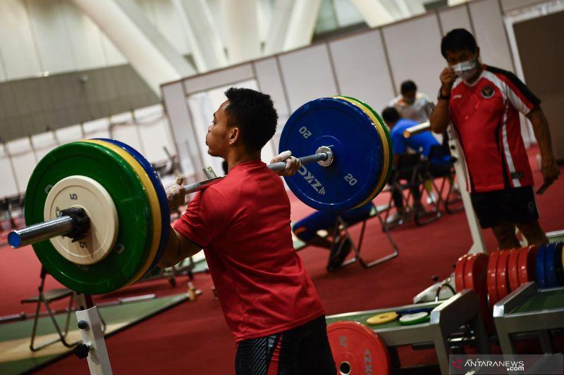 Latihan Timnas Angkat Besi Indonesia