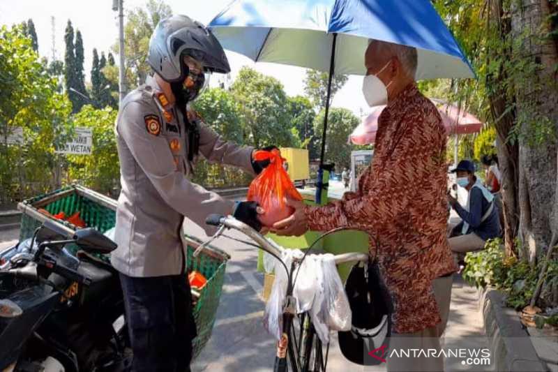 Polisi salurkan sembako untuk warga terdampak PPKM di Solo