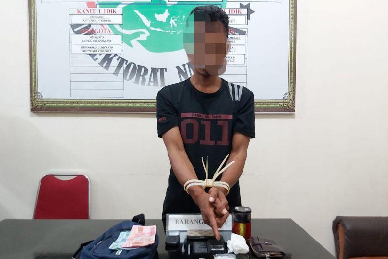 Terjatuh saat penangkapan, JM tak mengelak saat polisi temukan sabu-sabu dalam bungkus rokoknya