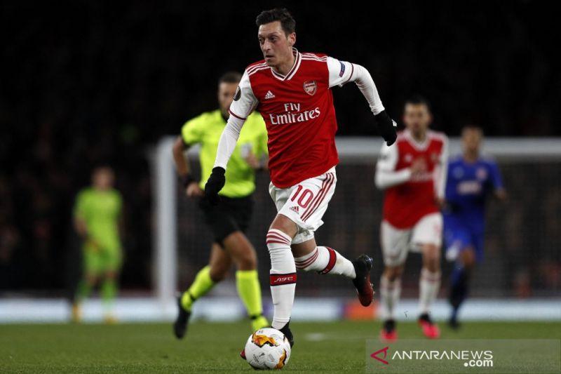 Mesut Ozil berikan dukungan kepada Bukayo Saka soal kegagalan penalti