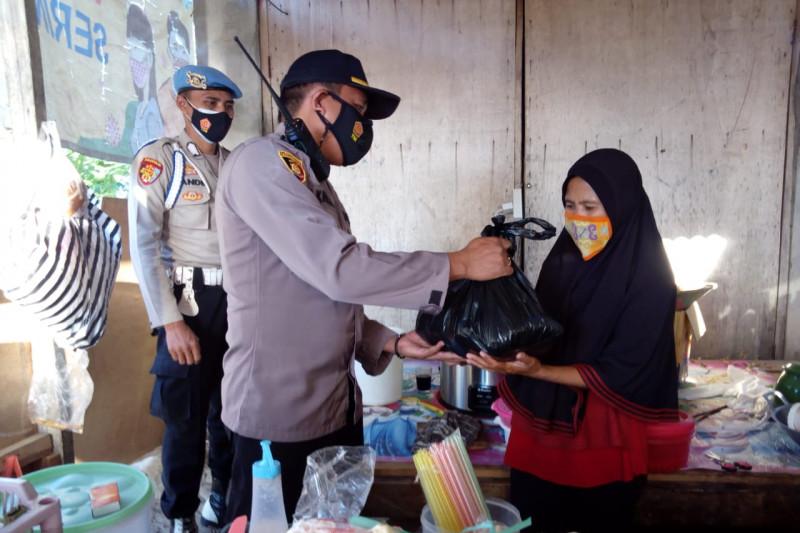 Bantu pedagang kecil terdampak Covid-19, Polsek Sekotong salurkan bantuan sembako
