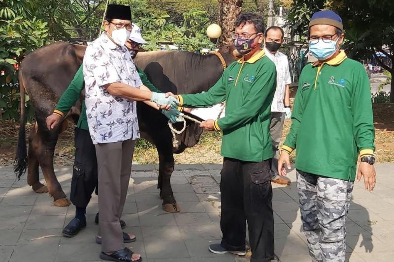 Peruri salurkan bantuan hewan kurban untuk masyarakat Karawang