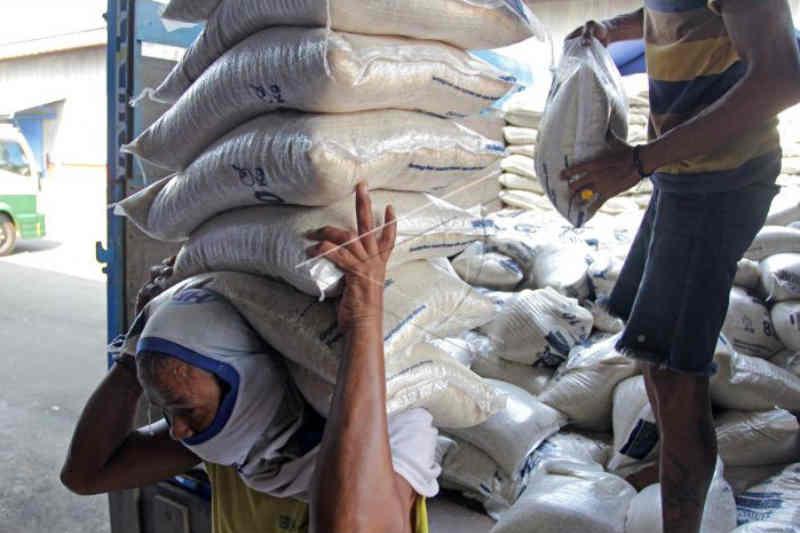 Bulog Cirebon distribusikan bantuan beras PPKM ke 4 daerah