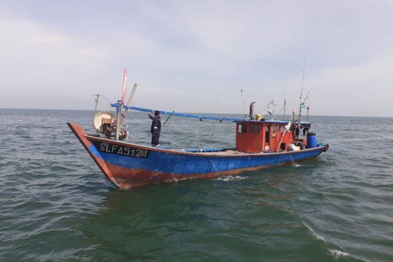 Kementerian Kelautan dan Perikanan berhasil lumpuhkan dua kapal trawl ilegal asal Malaysia