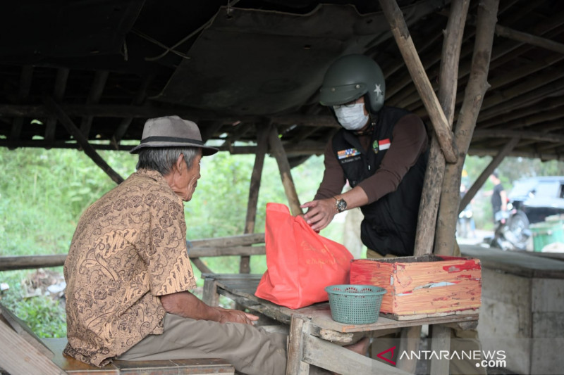 Gubernur Jabar blusukan ke Bekasi beri paket sembako warga