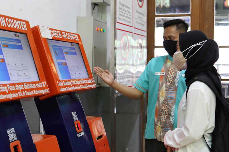 Penumpang kereta kini tak perlu ke loket stasiun Cirebon untuk beli tiket langsung