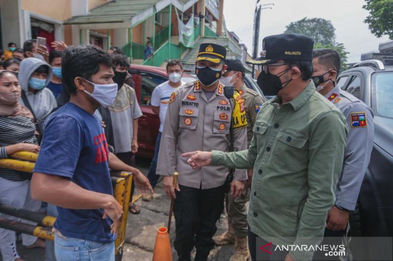 Wali Kota Bogor bagikan sembako di Pasar Kebon Kembang