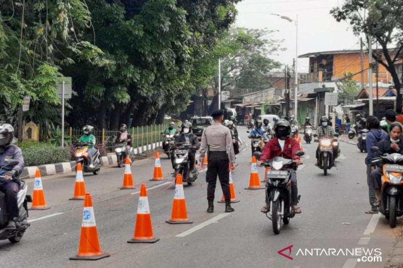 Petugas gabungan putar balik 106 kendaraan bermotor ke Depok