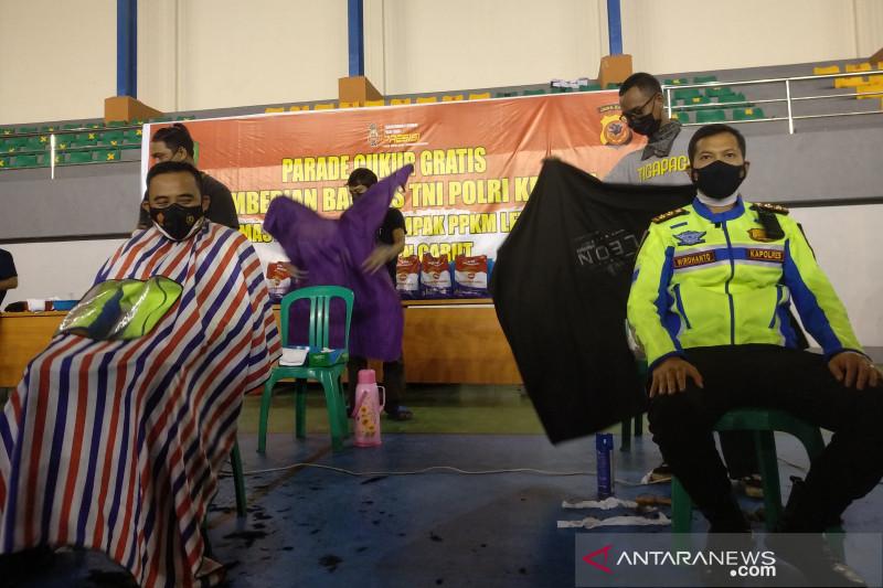 Tukang cukur di Garut dilibatkan untuk distribusikan bantuan PPKM