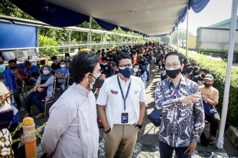 Sandiaga Uno kunjungi sentra vaksinasi di Depok