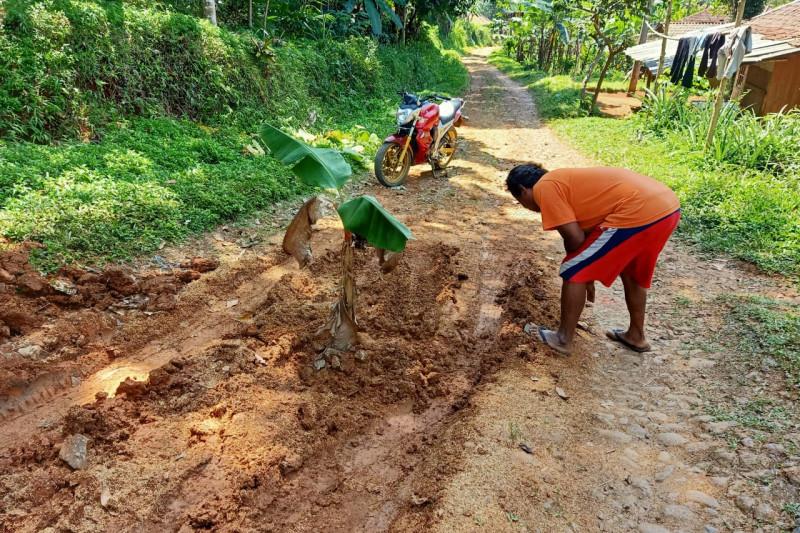 Pemkab Cianjur tetap bangun jalan rusak secara bertahap