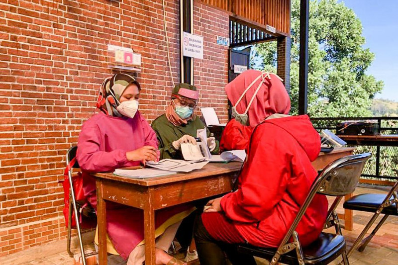 Menparekraf apresiasi sentra vaksinasi di destinasi wisata Cicalengka Bandung