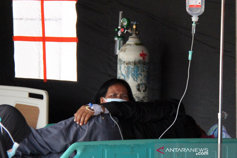 Pasien RSUD Dumai dirawat di tenda darurat