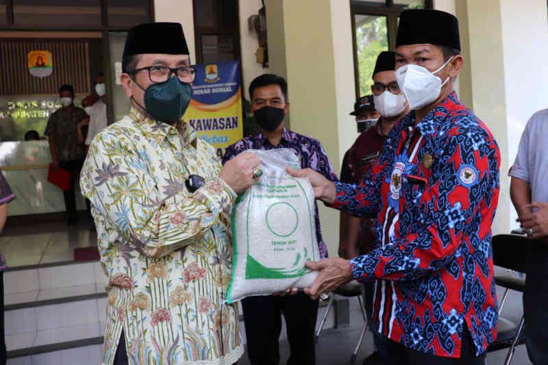 Pemkab Cirebon salurkan 3.000 paket beras bantuan Kemensos