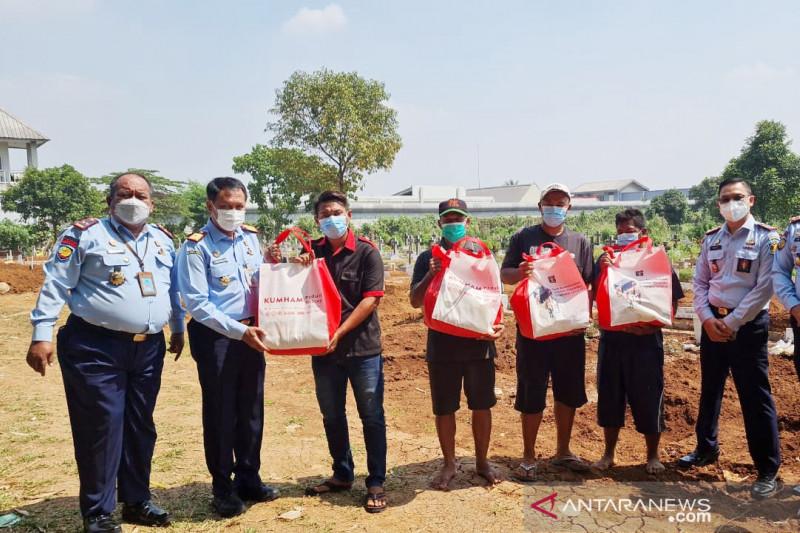 Lapas Cibinong Bogor bagikan paket sembako kepada warga terdampak pandemi