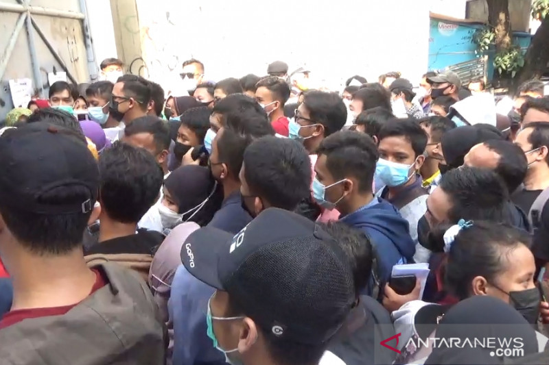 Warga antusias datangi lokasi vaksinasi massal di Stadion Karawang