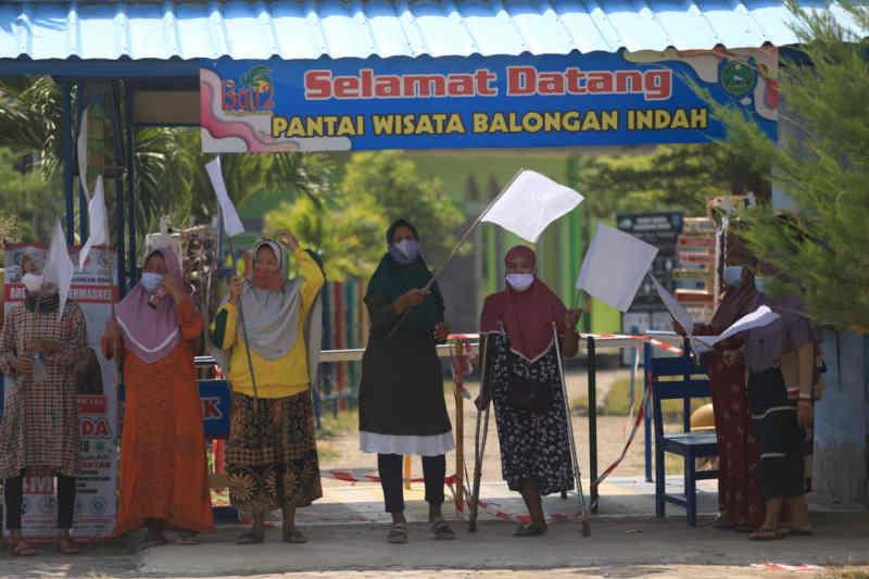 Sebulan ditutup, pengelola Pantai Balongan Indramayu kibarkan bendara putih