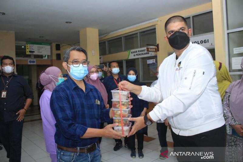 Nasdem Jawa Barat bagikan ribuan paket makanan selama pandemi