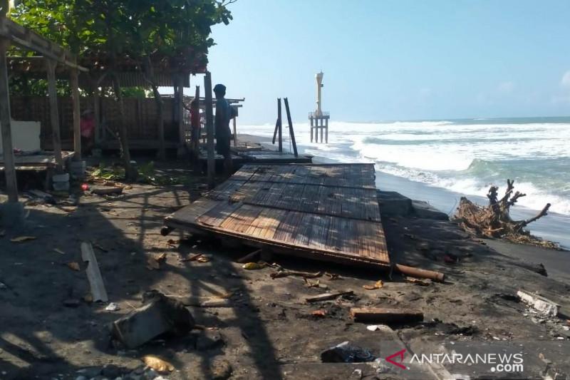 Gelombang tinggi di perairan selatan Cianjur terjang dua warung di pantai