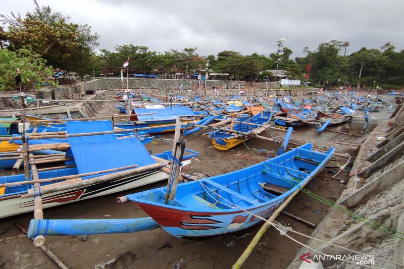 Gelombang tinggi rusak puluhan perahu nelayan di Pantai Jayanti Cianjur