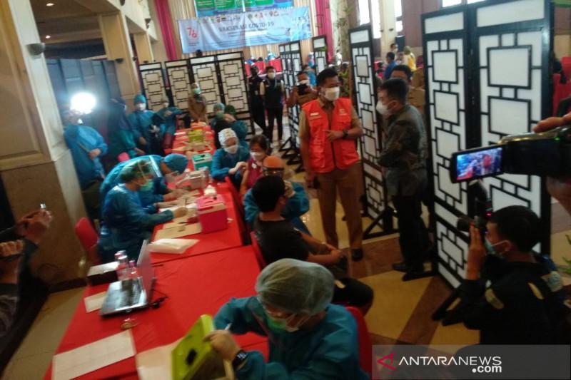 Ratusan pekerja hiburan malam di Kota Bandung  divaksinasi