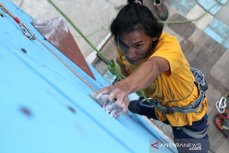 LATIHAN ATLET PANJAT TEBING PON DI PAPUA